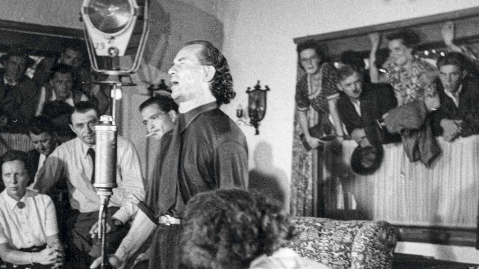 Bruno Gröning galt von 1949 an als magischer Wunderheiler. Fast ekstatisch suchten Kranke seine Nähe.