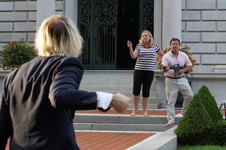 Barfuß und bewaffnet: Patricia und Mark McCloskey vor ihrem Haus