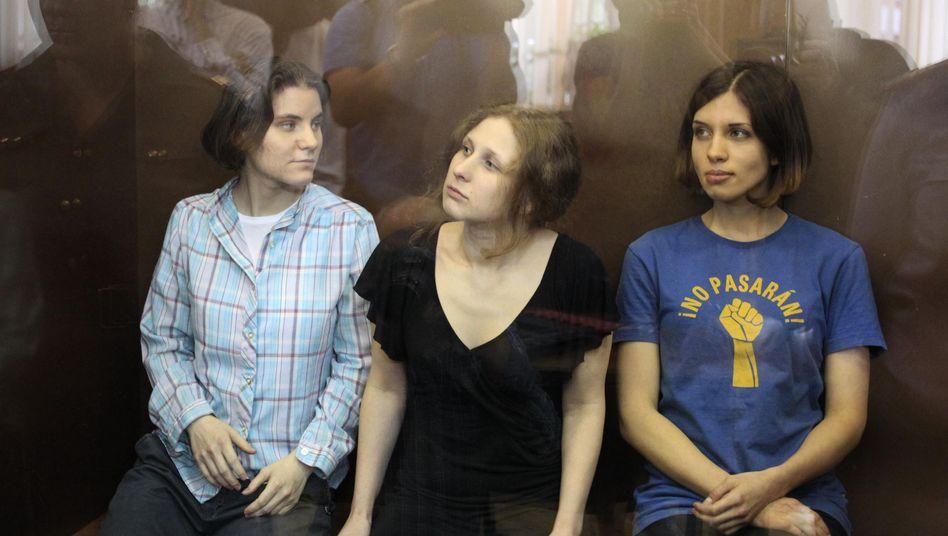 Pussy-Riot-Punkerinnen bei der Urteilsverkündung:Hoffnung auf milderes Urteil