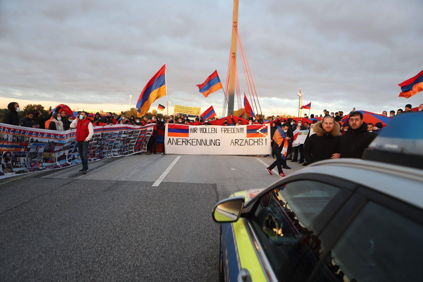 200 Demostrante blockieren Norderelbbrücken in Hamburg 16.10.20 - Hamburg: Am Freitag gegen 06:20Uhr blockierten ca. 20