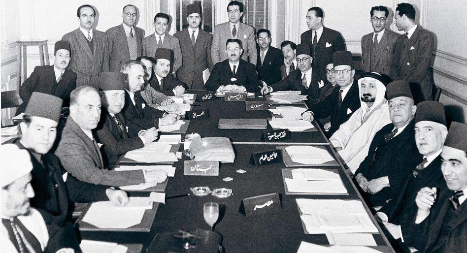 Arabische Politiker am Konferenztisch beim Ligatreffen in Kairo 1948