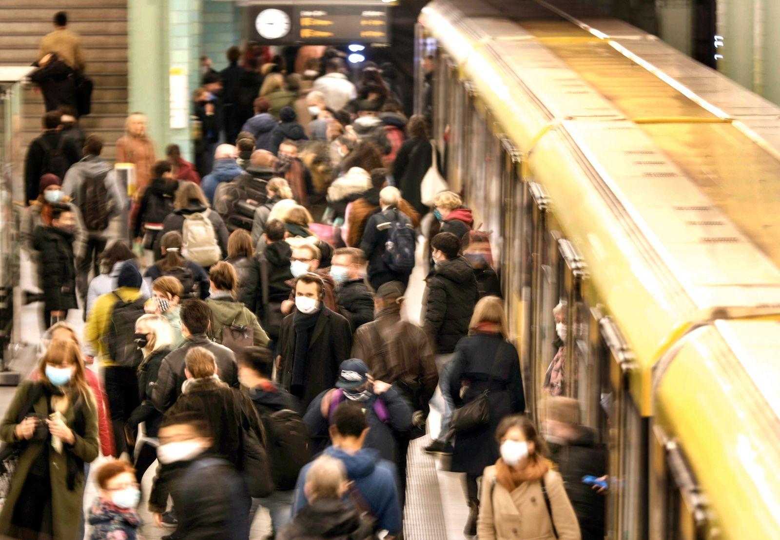 Maskenpflicht U-Bahn Berlin, DEU,19.10.2020 - U- Bahnhof Berlin Alexanderplatz, Fahrgaeste mit Masken. Die Zahl der Coro