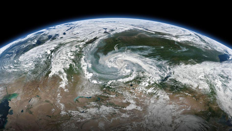 Rauchschwaden, die sich mit einem größeren Sturmsystem vermischen (Archivbild von 2019): Am Nordpolarkreis lodern Forschern zufolge schon wieder Wald- und Flächenbrände