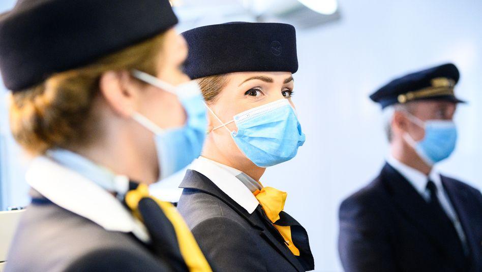 Lufthansa-Flugbegleiterinnen und Pilot am Flughafen Frankfurt