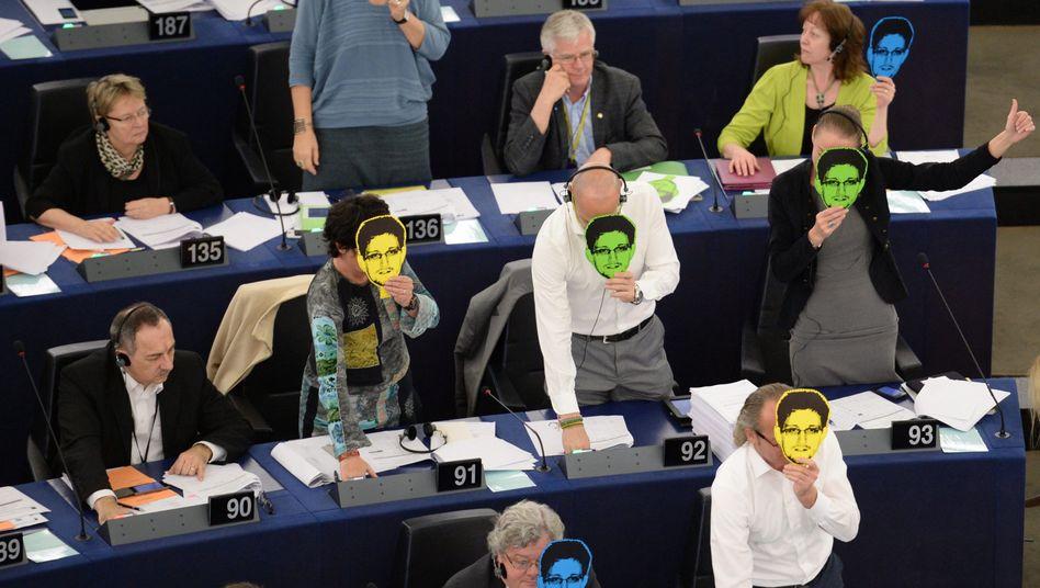 """Grüne EU-Abgeordnete mit Snowden-Masken: """"Als Europäer müssen wir stärker für unsere Werte werben"""""""