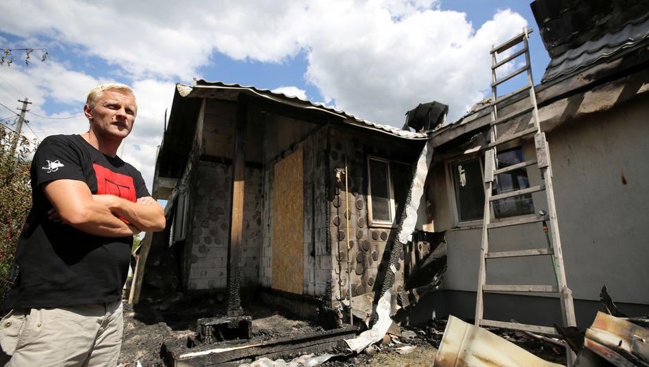 Antikorruptions-Aktivist Schabunin vor seinem beschädigten Haus