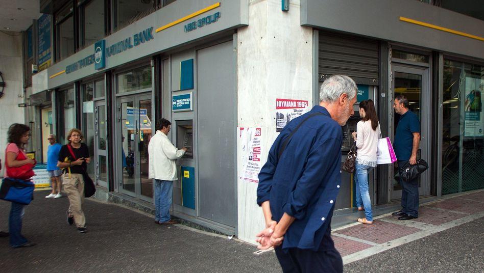 Kunden an Geldautomaten in Athen: Sorge vor der Staatspleite