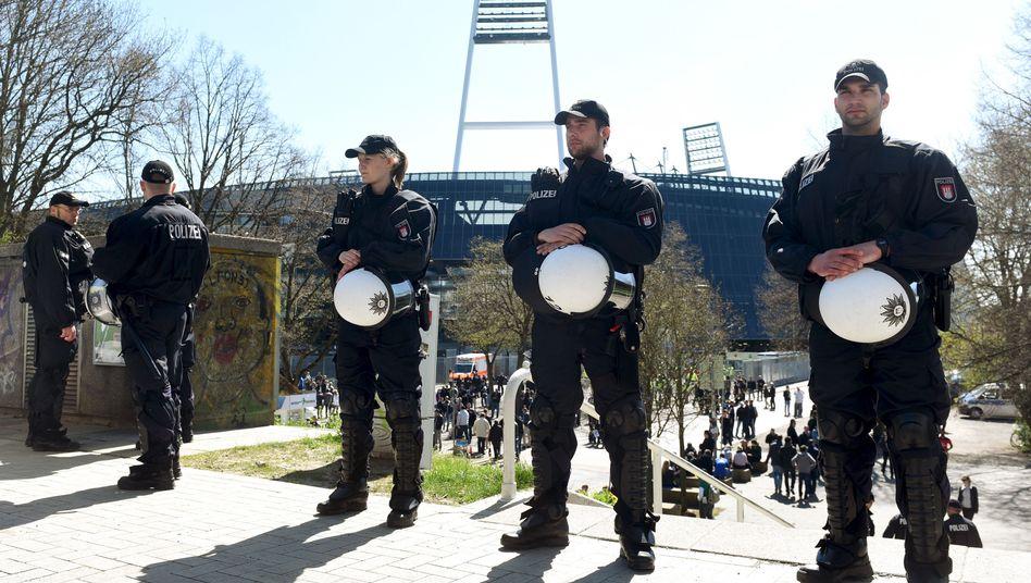 Polizisten vor dem Weserstadion: Ausschreitungen zwischen linken und rechten Fangruppen