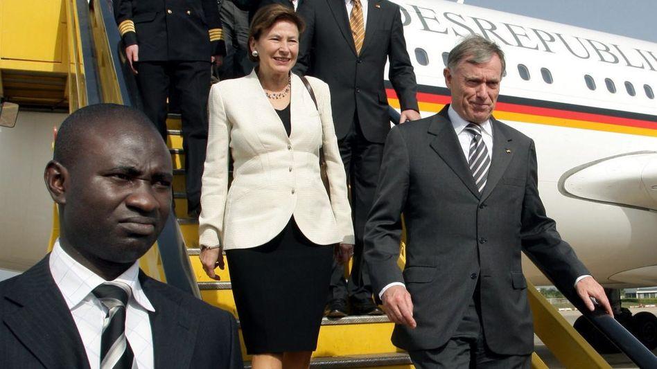 Köhler mit Ehefrau bei der Ankunft in Nigeria 2008