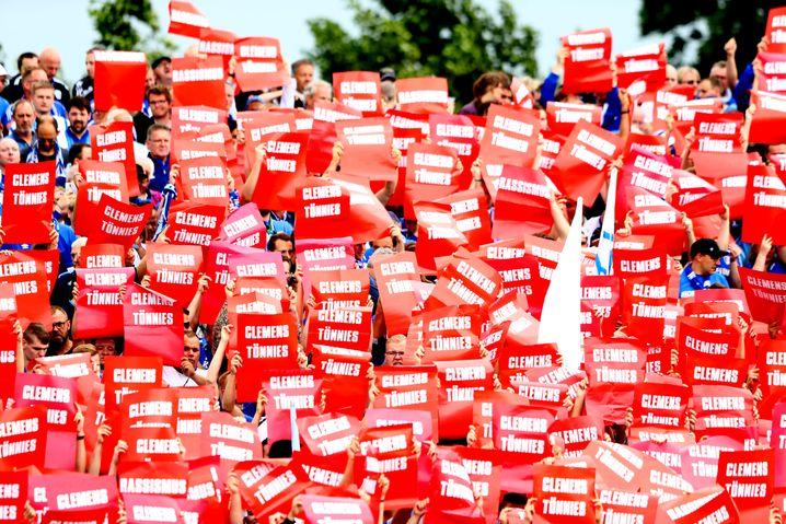 Schalker Fans protestierten gegen ihren Aufsichtsratschef