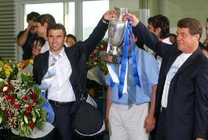 Jubel in Athen: Otto Rehhagel mit dem EM-Pokal kurz nach der Ankunft am Flughafen