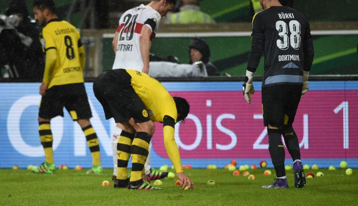 DFB-Pokalspiel in Stuttgart: Tennisbälle als Fanprotest