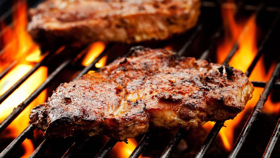 Der Preis ist heiß: Schweinefleisch auf dem Grill (Archiv)