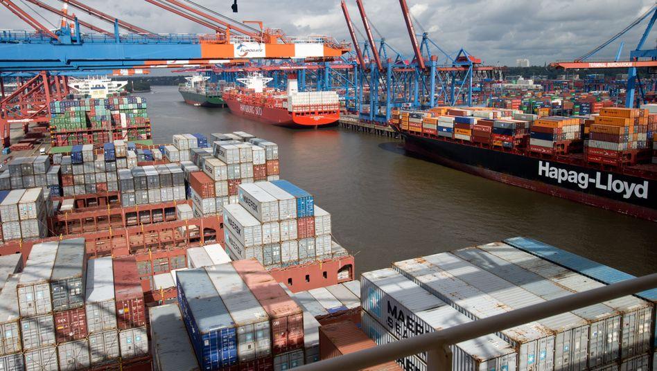 Im Hamburger Hafen werden Container verladen