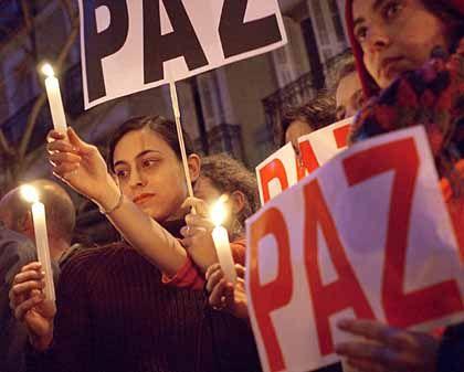 """Demonstranten in Madrid fordern Frieden: """"Ihr liebt das Leben"""""""