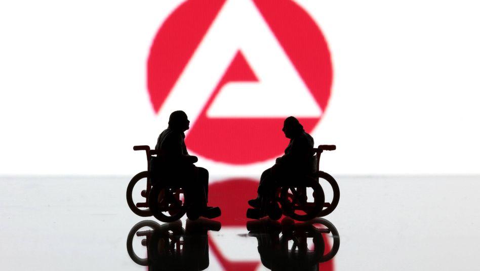 Figuren zweier Rollstuhlfahrer vor dem Logo der Bundesagentur für Arbeit