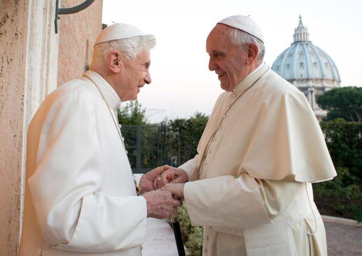 Benedikt und Franziskus: Zwei Päpste Hand in Hand?