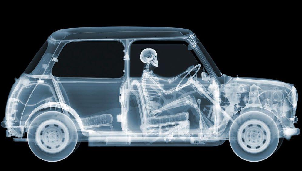 Kunstprojekt Röntgen-Ferrari: Skelett am Steuer