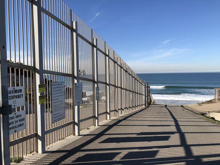 In San Diego gibt es bereits einige Zäune, die in mehreren Reihen stehen
