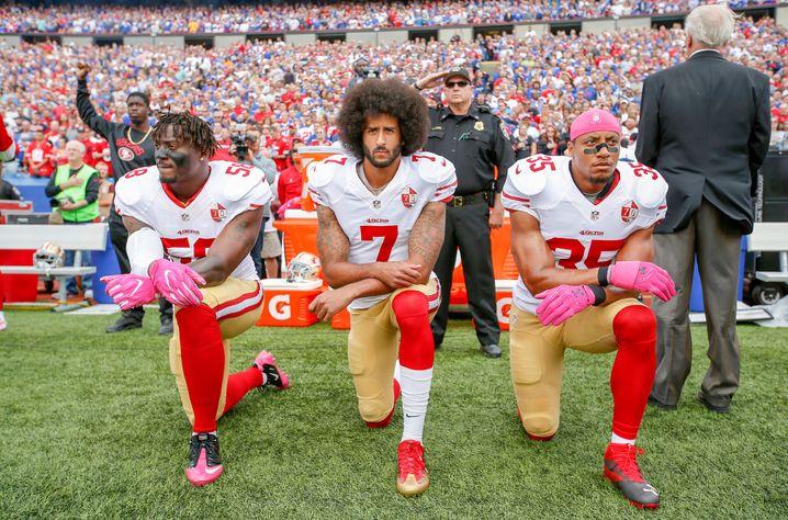 Colin Kaepernick bei einer Protestaktion auf dem Spielfeld