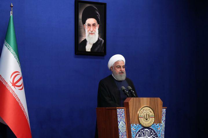 Irans Präsident Rohani vor dem Konterfei des Obersten Führers Khamenei