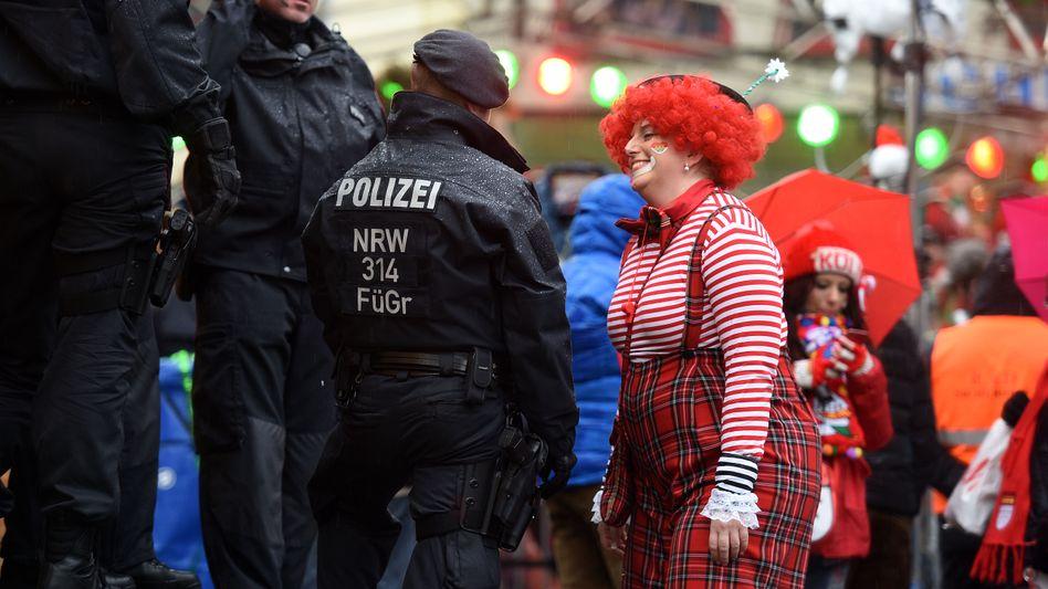 Karneval in Köln: Polizisten und Jecken