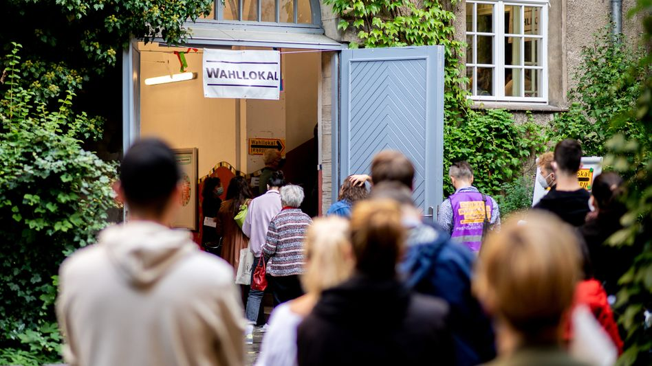 Lange Warteschlangen vor einem Wahllokal im Stadtteil Prenzlauer Berg