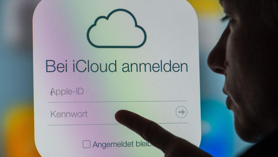 Eine Frau betrachtet die Login-Seite von Apples iCloud