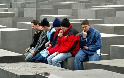 Klassenausflug in die Mitte Berlins: Schüler sitzen auf den Stelen des Holocaust-Mahnmals