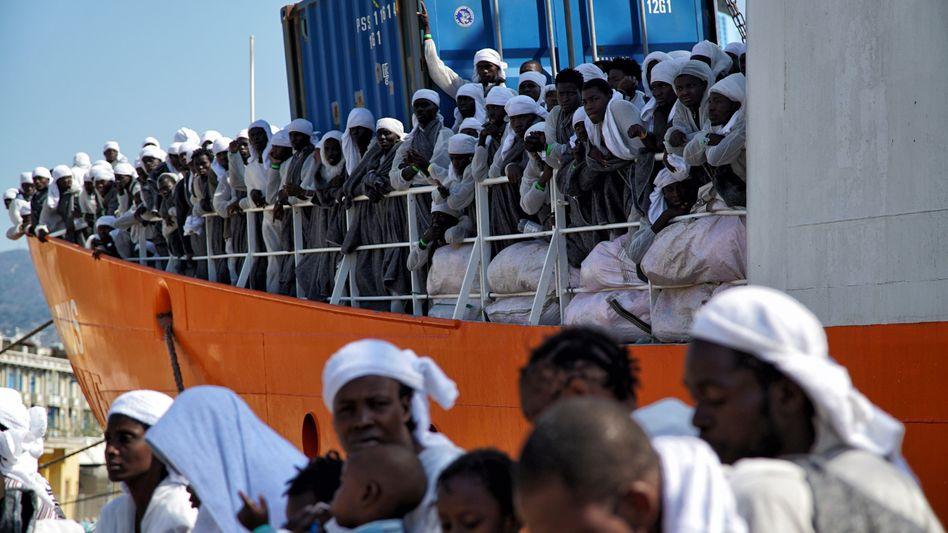 Flüchtlinge, die auf Sizilien ankommen