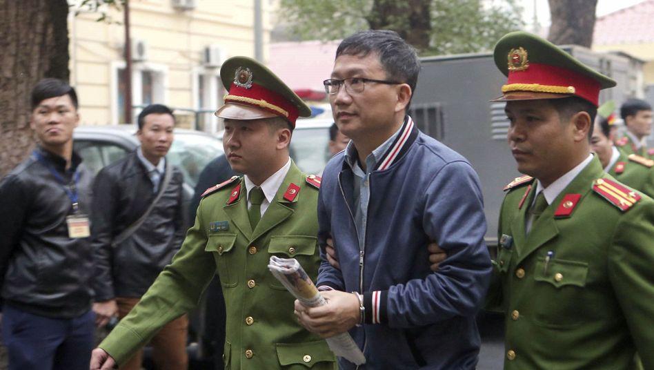 Trinh Xuan Thanh (2.v.r.)