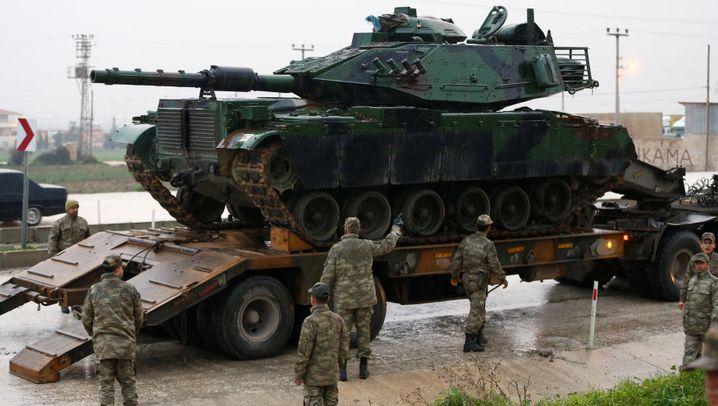 Türkisches Militär: Panzer an der Grenze