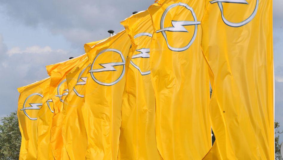 Opel-Flaggen vor dem Werk in Antwerpen: Hier wird wirtschaftlicher gearbeitet als in Bochum