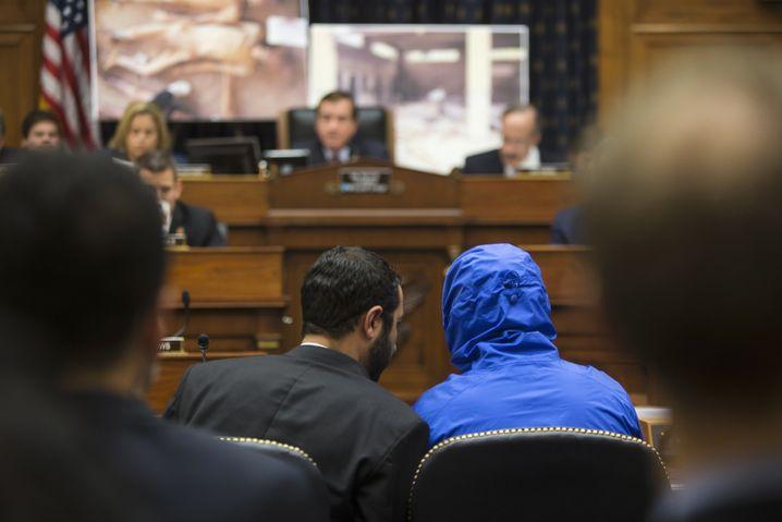"""Zeuge in blauer Kapuze: Fotograf """"Caesar"""" bei einer Aussage in Washington"""