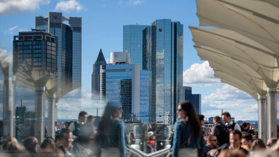 Skyline von Frankfurt am Main: Die Mehrheit der Befragten weiß gar nicht, dass die Bank bei dieser Anlage ordentlich Provision kassiert