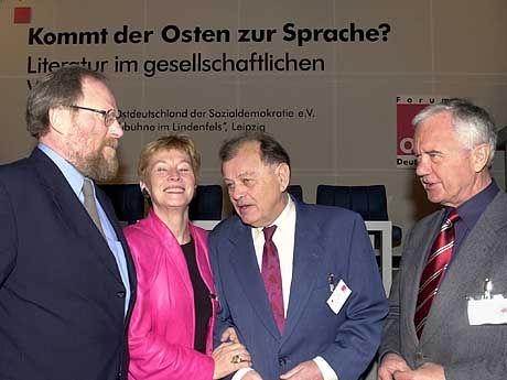 Vom Image eher Ostpolitikerin und engagierte Alibifrau geblieben, aber weniger als Frauen-, Jugend-, Senioren- und Familienministerin bekannt: Christine Bergmann (2.v.l.)