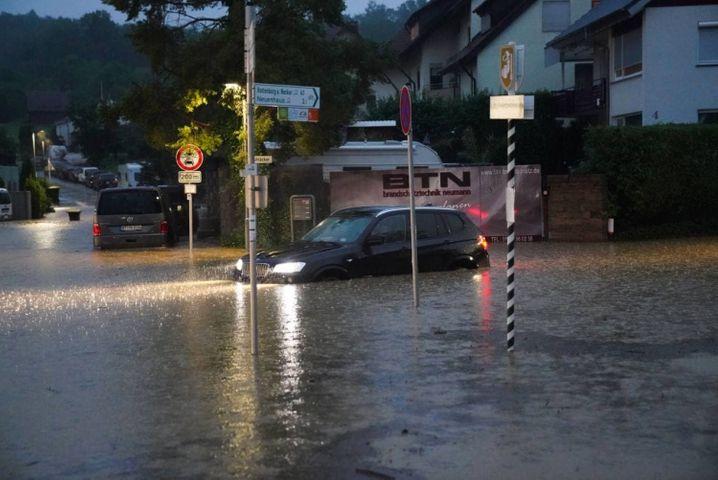 Überflutete Straßen im baden-württembergischen Aichtal
