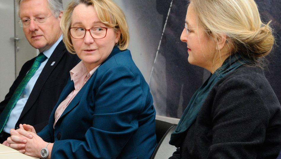 Universitätsrektor Schiewer (l.), Doping-Aufklärerin Paoli (r.) (mit Schlichterin Bauer (M.): Streit beigelegt