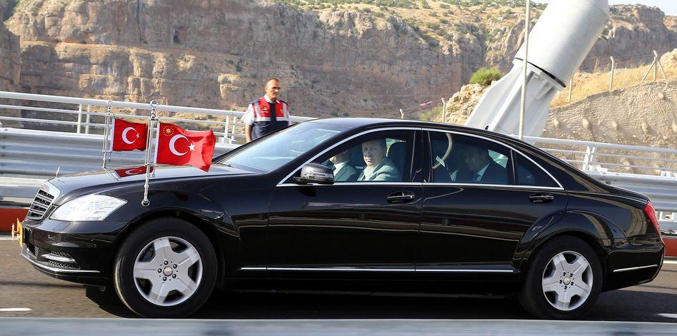 Erdogan am Steuer einer Mercedes-Limousine