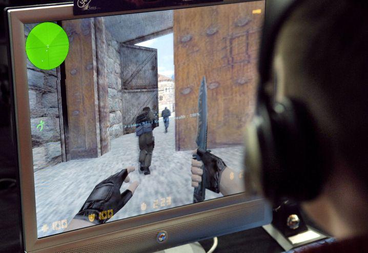 """Ein Teenager beim """"Counter-Strike"""" spielen"""
