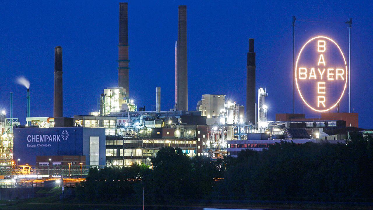 Chemiekonzern: Bayer macht mehr als zehn Milliarden Euro Verlust - DER SPIEGEL