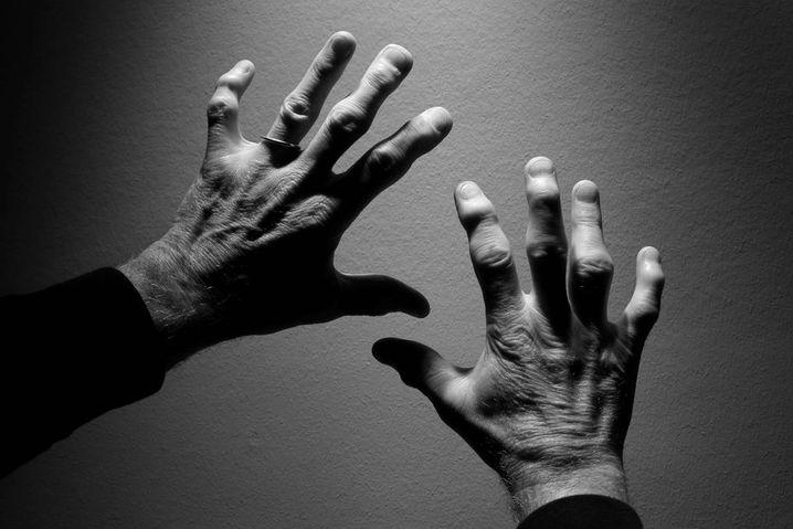 Sind so krumme Hände: Schumachers Arbeitsgerät, gezeichnet von Jahrzehnten im Tor