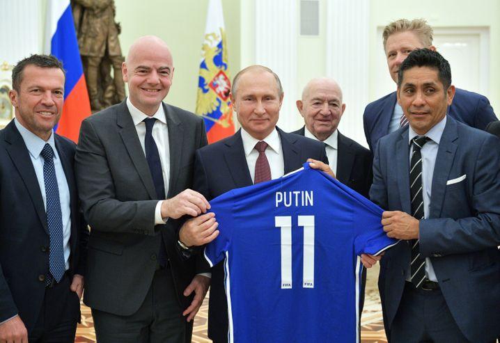 Lothar Matthäus, Gianni Infantino, Wladimir Putin, Nikita Simonjan, Peter Schmeichel, Jorge Campos Navarrete (v. l. n. r.)