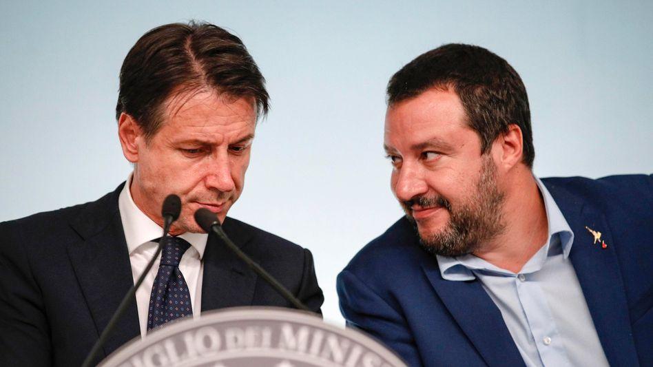Giuseppe Conte (l), Ministerpräsident von Italien, und Matteo Salvini, Vize-Ministerpräsident des Landes
