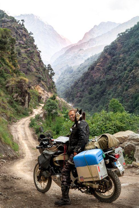 Wenn Klauka langsam fährt, klettert Mogli auf dem Motorrad herum und genießt die Aussicht