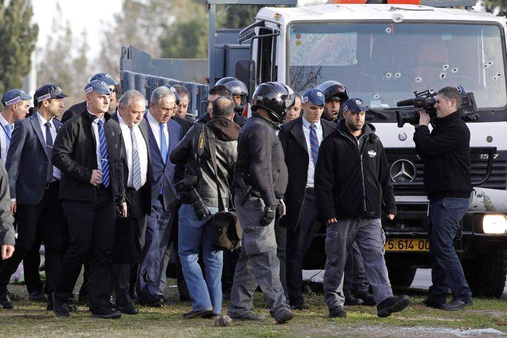 Netanyahu (M.) und Lieberman (4. v. l.) am Tatort