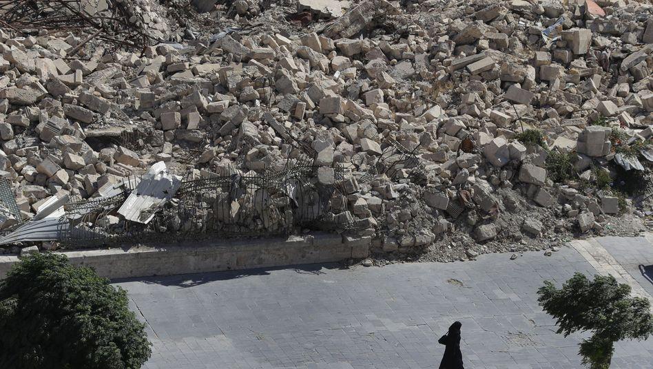 Frau im zerstörten Aleppo