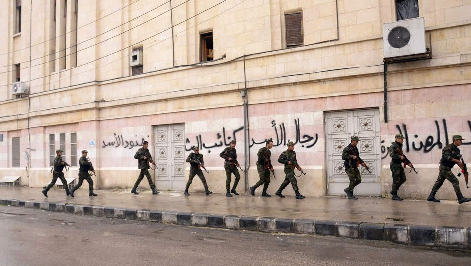 Troops loyal to Syrian President Bashar Assad in Aleppo (archive image from February 2012).