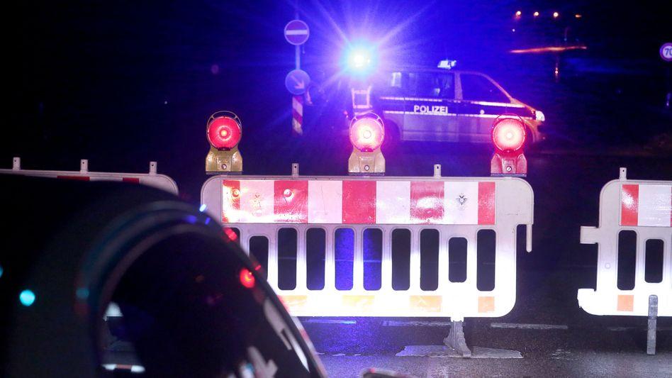 Polizeiabsperrung am Fundort der Weltkriegsbombe in Köln-Poll