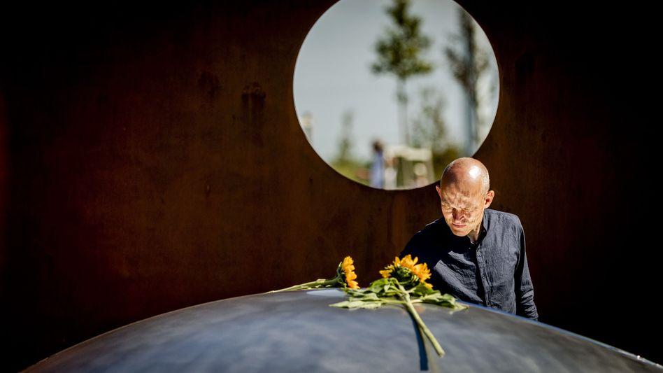 Angehöriger trauert am Denkmal in Vijfhuizen um die Opfer des Flugzeugabsturzes